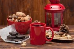 Tasse de thé ou de café Bonbons et épices Noix Photo stock