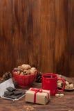 Tasse de thé ou de café Bonbons et épices Noix Images stock