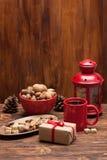 Tasse de thé ou de café Bonbons et épices Noix Photos stock