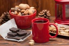 Tasse de thé ou de café Bonbons et épices Noix Photographie stock