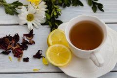 Tasse de tisane savoureuse avec le citron Image stock