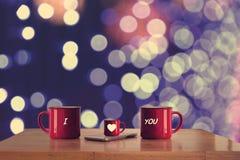 Tasse de trois rouges sur la table en bois Image stock