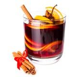 Tasse de vin chaud rouge chaud d'isolement sur le fond blanc avec le chr Photo libre de droits