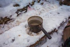 Tasse de voyage sur la table en bois de forêt Déjeuner pendant le voyage au photographie stock libre de droits