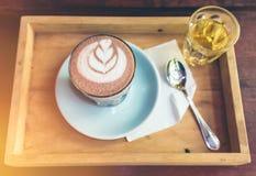 Tasse de vue supérieure d'art chaud de cacao sur la soucoupe avec la cuillère et le thé Photo libre de droits