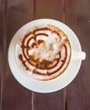 Tasse de vue supérieure de café dans une tasse blanche sur la table en bois Photo libre de droits