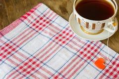 Tasse dorée par vintage de label de thé noir et de coeur Image stock