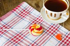 Tasse dorée par vintage de label de thé noir et de coeur Images stock