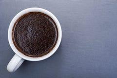 Tasse du turc brassé du café foncé moyen lisse organique de rôti de haricot entier de Sumatra sur la pierre naturelle image libre de droits