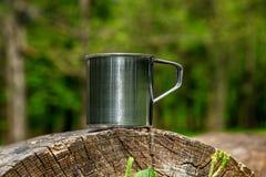 Tasse en acier de touristes dans la for?t d'?t? dehors photographie stock