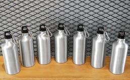 Tasse en acier sur l'étagère blanche Culbuteur inoxydable vide pour votre conception Bouteille isolée pour garder votre boisson images stock