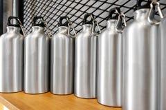 Tasse en acier sur l'étagère blanche Culbuteur inoxydable vide pour votre conception Bouteille isolée pour garder votre boisson image libre de droits
