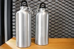 Tasse en acier sur l'étagère blanche Culbuteur inoxydable vide pour votre conception Bouteille isolée pour garder votre boisson photo stock