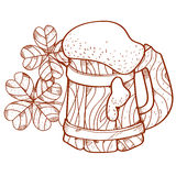 Tasse en bois de mousse de bière et de trois pièces d'or avec le trèfle à quatre feuilles Images libres de droits