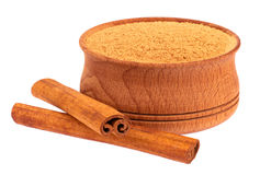 Tasse en bois et deux bâtons de cannelle Photo stock