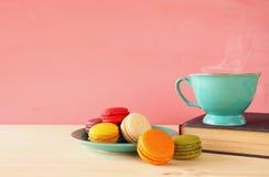 Tasse en bon état de vintage de café et de macaron coloré Photographie stock libre de droits