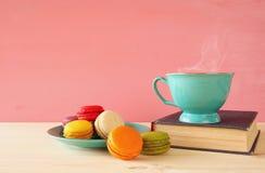 Tasse en bon état de vintage de café et de macaron coloré Image stock