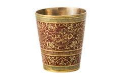 Tasse en bronze avec l'ornement sur un fond blanc Photographie stock