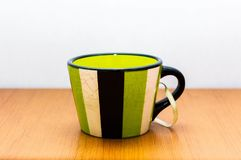 Tasse en céramique avec des rayures photos libres de droits