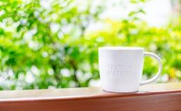 Tasse en céramique blanche avec le mot de timbre images libres de droits