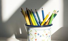 Tasse en métal avec les crayons colorés Images stock