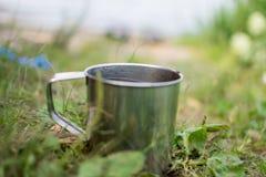 Tasse en métal dans la nature Images stock