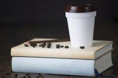 Tasse en plastique blanche de café chaud avec le chapeau et le crayon bruns sur le remorquage bl Image stock