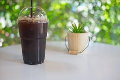 Tasse en plastique d'americano glacé de café noir Photos libres de droits