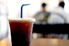 Tasse en plastique d'americano glacé de café noir Images libres de droits