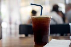 Tasse en plastique d'americano glacé de café noir Image stock