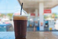 Tasse en plastique d'americano glacé de café noir Photo libre de droits