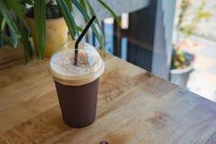 Tasse en plastique d'americano glacé de café noir Photographie stock libre de droits