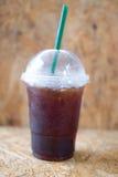 Tasse en plastique d'americano glacé de café noir Photos stock
