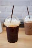 Tasse en plastique d'americano glacé de café noir Images stock