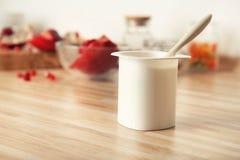 Tasse en plastique de yaourt délicieux photographie stock