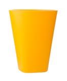 Tasse en plastique jaune d'isolement sur le blanc Images libres de droits