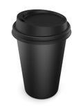 Tasse en plastique noire jetable avec un couvercle Tasse pour le café isolat Photographie stock libre de droits