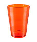 Tasse en plastique orange d'isolement sur un fond blanc Image libre de droits