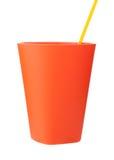 Tasse en plastique rouge avec la paille d'isolement sur le blanc Photos libres de droits