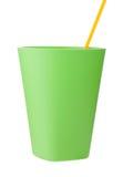 Tasse en plastique verte avec la paille d'isolement sur le blanc Photographie stock libre de droits