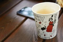 Tasse en retard de cappuccino de papier de café images libres de droits