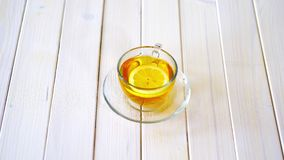 Tasse en verre avec le th? de chinois traditionnel et la tranche de citron sur la table blanche clips vidéos