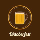 Tasse en verre de bière d'Oktoberfest avec la bulle de mousse de chapeau de mousse Conception plate de grande icône Photos stock