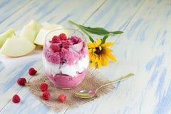 Tasse en verre de crème glacée de fruit sur la toile de jute Image stock