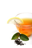 Tasse en verre de thé avec une tranche de citron. Photo stock