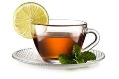 Tasse en verre de thé noir d'isolement sur le fond blanc Photographie stock