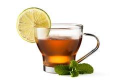 Tasse en verre de thé noir d'isolement sur le fond blanc Image libre de droits