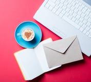 Tasse, enveloppe, carnet et ordinateur portable Image libre de droits