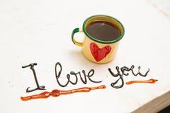 Tasse et écriture de café d'amour Je t'aime Photos stock