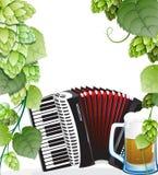 Tasse et accordéon de bière avec des houblon Photo libre de droits